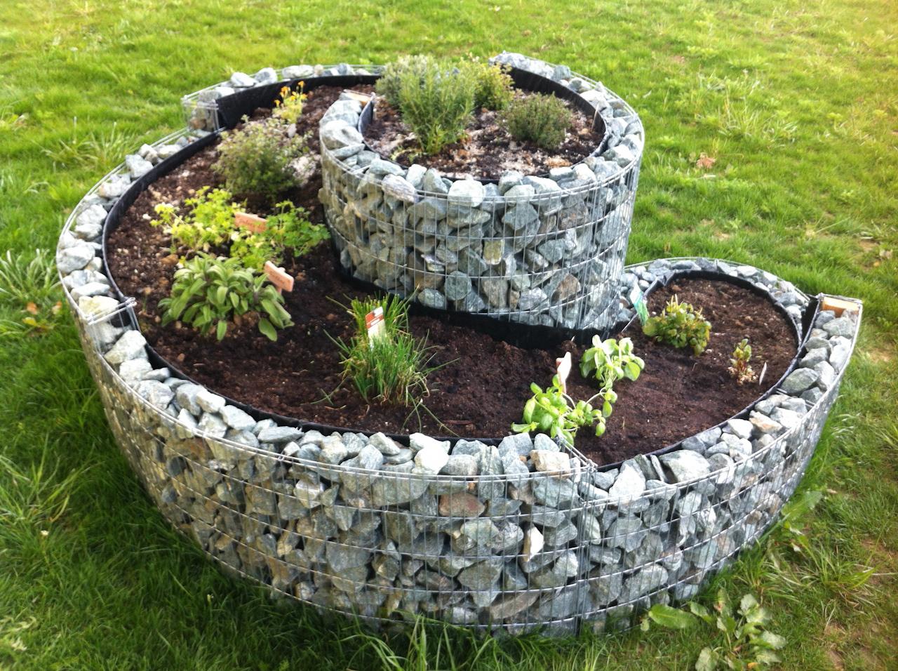 Versuch macht klug: Beet und Kräuterschnecke im Garten